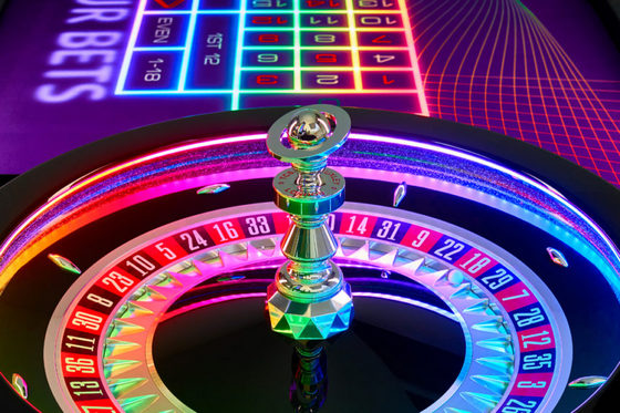 Una vera roulette con neon LED multicolore su sfondo scuro